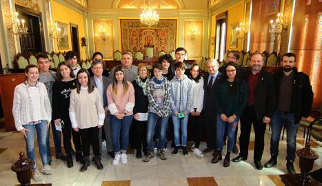 Guanyadors i finalistes del concurs, ahir al costat de membres del jurat i regidors de la Paeria.