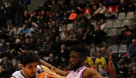 Marc Martí intenta superar Adala Moto, jugador del Clavijo.