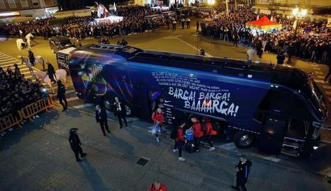 L'autocar del Barcelona, dijous a Mestalla, on va ser apedregat.