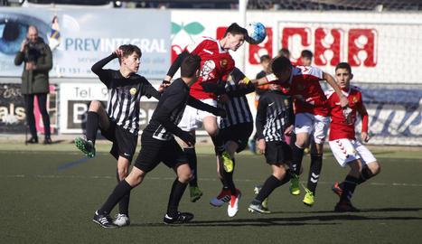 Una acció del partit entre el Jàbac de Terrassa i el Nàstic de Tarragona, que va finalitzar 0-0.