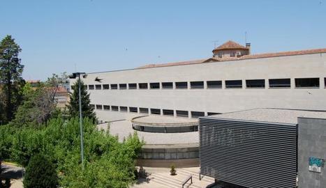 Adolescents i joves utilitzen les xarxes socials en les comunicacions diàries. A la imatge, un grup amb el mòbil a Lleida.
