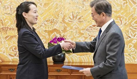 La germana de Kim Jong-un saluda el líder sud-coreà, ahir a Seül.