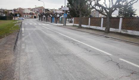 Imatge de l'accés a Castellserà des de la carretera de Penelles.