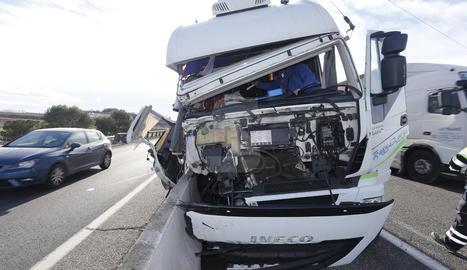 El camió implicat en l'accident d'aquest dilluns al matí a l'autovia A-2 a Alcoletge.