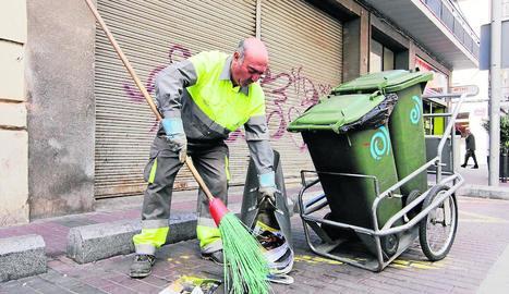 Imatge d'arxiu d'un operari d'Ilnet que neteja el carrer.