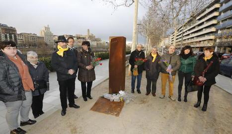 Els membres de la plataforma Lleida Lliure de Franquisme, ahir a l'ofrena floral.