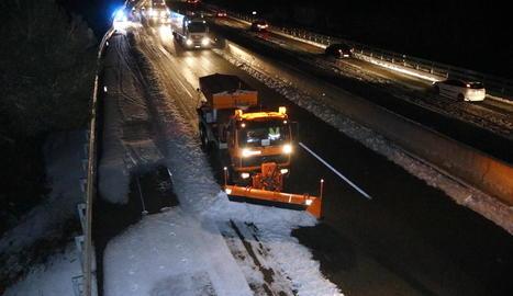 Imatge de la neu a les vies del tren de Sant Guim de Freixenet, ahir a la tarda.