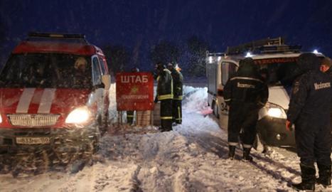Serveis d'emergència russos a l'arribar al lloc del sinistre.