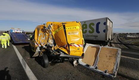 Vista de la furgoneta que implicada ahir en una col·lisió a l'autovia entre Lleida i Alcoletge.