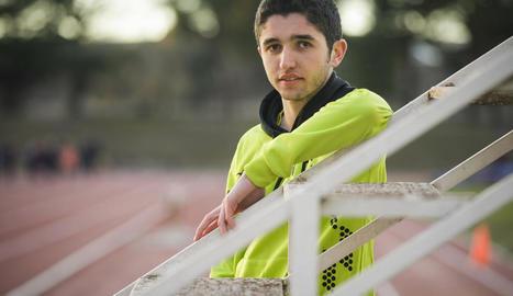 Pere Pané, ahir a les pistes d'atletisme municipals de les Basses, on s'entrena.
