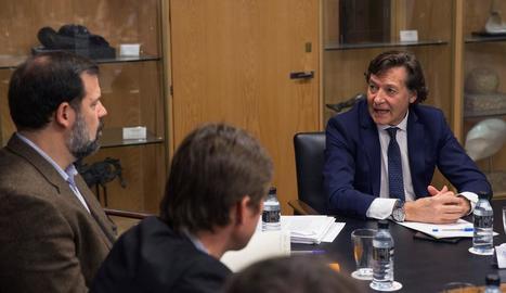 El secretari d'Estat, José Ramón Lete, conversa amb el president de l'ABP, Alfonso Reyes.