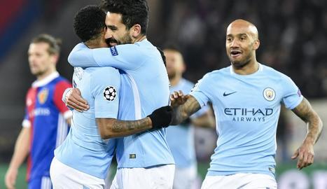 Gundogan i Sterling s'abracen després d'un gol del City.