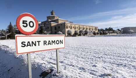 Vista d'un camp nevat al nucli agregat de Mont-ros, a Sant Ramon, a la Segarra.