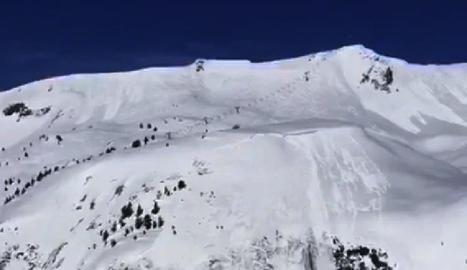 Imatges de la seqüència de l'allau i com l'esquiadora (assenyalada en roig) queda coberta pel núvol de pols de neu dijous passat a Baqueria Beret.