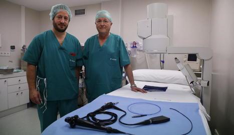 Els uròlegs Pep Auguet i Ricard Recasens, amb l'aparell que permet utilitzar la nova tècnica.