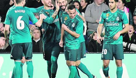 Benzema celebra amb els companys el gol, el cinquè de l'equip.