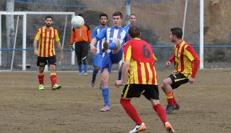 Un jugador del Vilanova rep l'esfèric davant la pressió rival.
