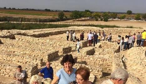 Un grup de visitants al jaciment ibèric dels Vilars.
