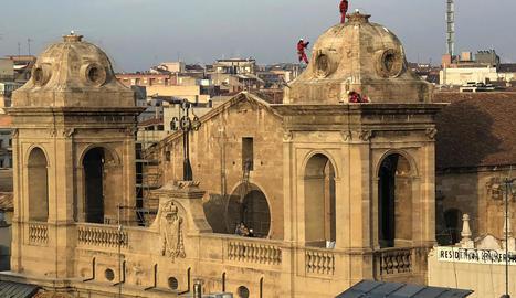 Operaris de l'empresa Cigüeñastop instal·lant les xarxes a les cúpules de la Catedral, ahir.