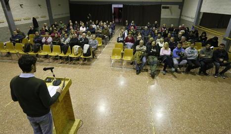 L'alcalde, Dante Pérez, va exposar l'oferta als regidors davant de prop d'un centenar de persones.