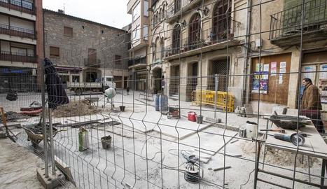Les obres que es porten a terme a la plaça del Pati de Torà.