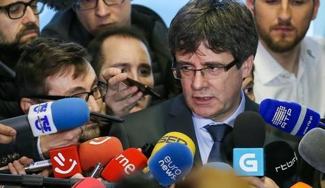 Carles Puigdemont atenent els mitjans de comunicació des de Brussel·les.