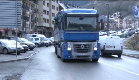 Imatge d'arxiu d'un camió al seu pas per la Val d'Aran.