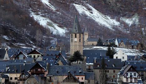 El campanar de l'església de Sant Andrèu en primer pla.