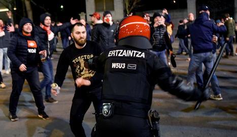 Un aficionat ultra de l'Spartak de Moscou s'encara a un ertzaina durant els aldarulls a Bilbao.