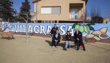 L'artista Mireia González, amb l'alcalde i edils davant el mural.