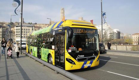Un dels vehicles híbrids del servei d'autobusos.