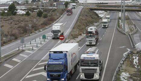 Camiones en la autovia.