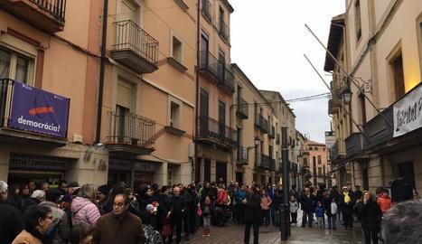 Al voltant de dos-centes persones es van concentrar ahir a la plaça Paeria per la immersió lingüística.