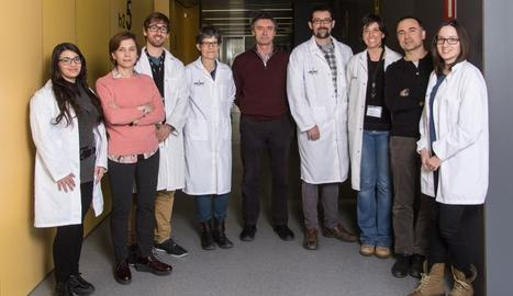 Equip d'investigació de l'IRB. A la dreta, personal sanitari del CAP d'Agramunt afegint-se al Dia de les Malalties Rares.