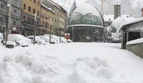 Imatge de l'església nova del Pont de Suert, localitat on la nevada va deixar fins a mig metre de neu.