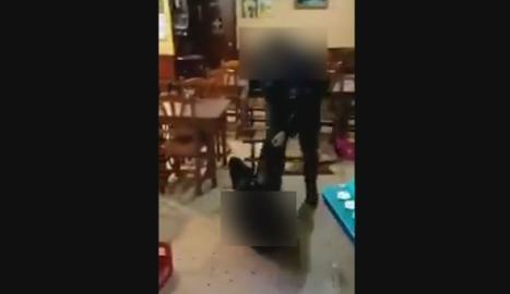 VÍDEO. Un agent de la Urbana de Lleida colpeja un home que està al terra