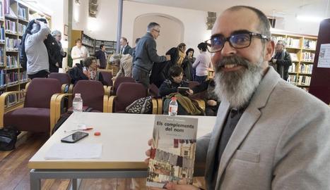 L'autor, el lleidatà Òscar Palazón, ahir a la Biblioteca Comarcal de Cervera abans de la presentació.