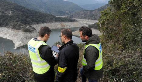 Agents dels Mossos d'Esquadra durant la reconstrucció al pantà de Susqueda.