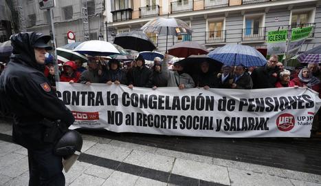 Pensionistes, concentrats ahir sota la pluja ahir a Madrid en defensa de prestacions dignes.