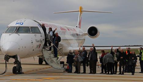 Passatgers pujant a un avió aquest divendres a la pista de l'aeroport de Lleida-Alguaire.