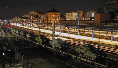 El comboi ferroviari que transportava els tancs va passar ahir a la nit cap a les 23.30 hores per l'estació de Lleida-Pirineus.
