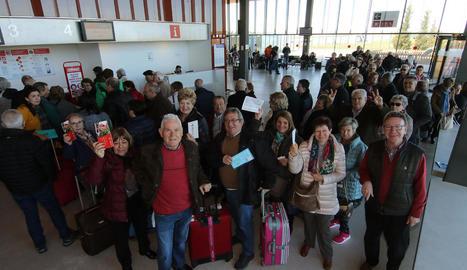 Alguns dels jubilats que van volar ahir des d'Alguaire a Menorca, al mostrar els bitllets abans de facturar.