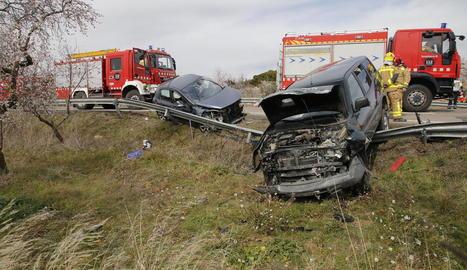 Vista de l'estat en què van quedar els dos vehicles implicats ahir en la col·lisió a la carretera C-12 a Llardecans, al Segrià.