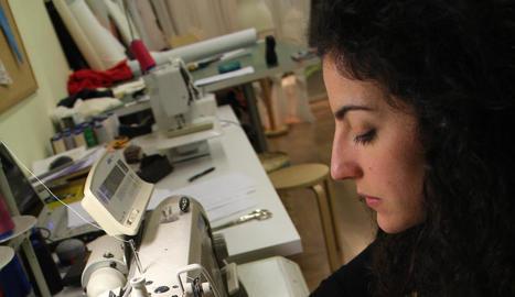 taller. L'Alba treballant al seu taller. Un espai únic on també es troba el Showroom.