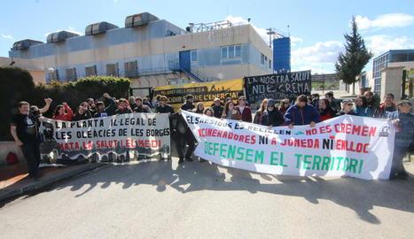 Manifestació a la planta tancada de Tracjusa a Juneda.