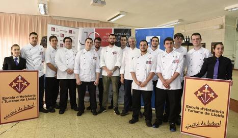 Foto de família dels participants a la 29 edició del Concurs de Joves Cuiners Àngel Moncusí.