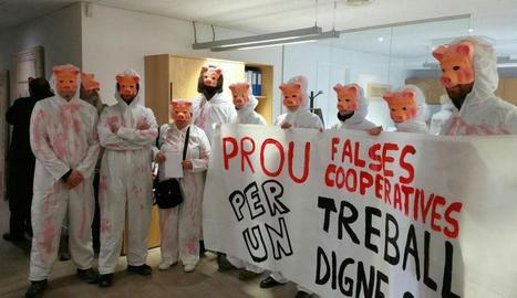 Un moment de la protesta duta a terme per Càrnies en Lluita.