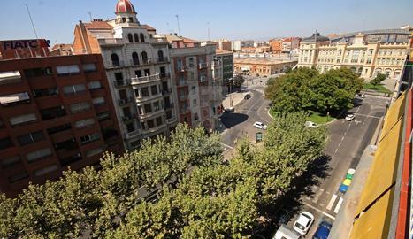 Vista de la Rambla Ferran de Lleida, amb l'estació de Renfe al fons.
