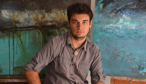 L'artista de Premià de Mar, amb dos de les seues obres.