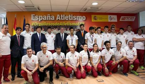 Aleix Porras, el cinquè de peu per la dreta, amb la resta d'atletes ahir a la recepció.